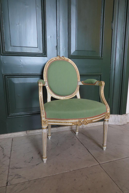 Zes armstoelen en een stoel