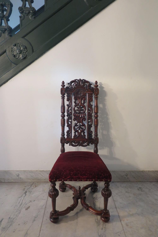 Notenhouten stoelen
